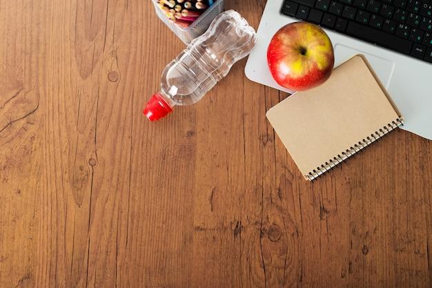 Classrom moderna a scuola con il laptop