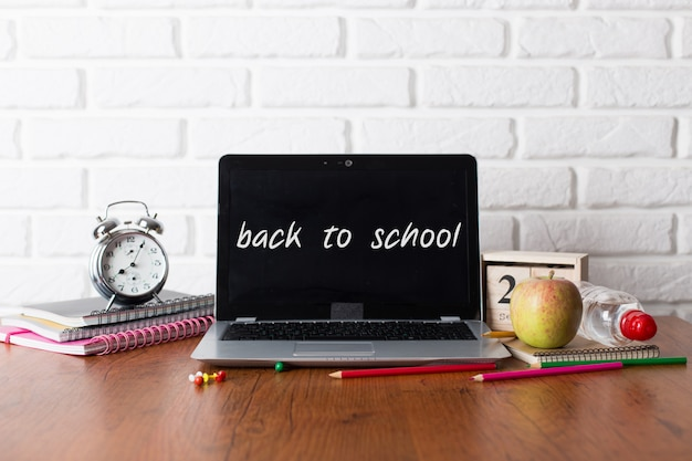 Classrom moderna a scuola con il laptop Foto Premium