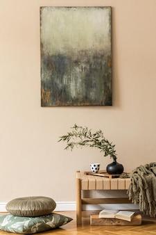 Composizione moderna di soggiorno con chaise longue di design, cuscini, quadri finti, fiori in vaso ed eleganti accessori personali in un elegante concetto orientale di arredamento.