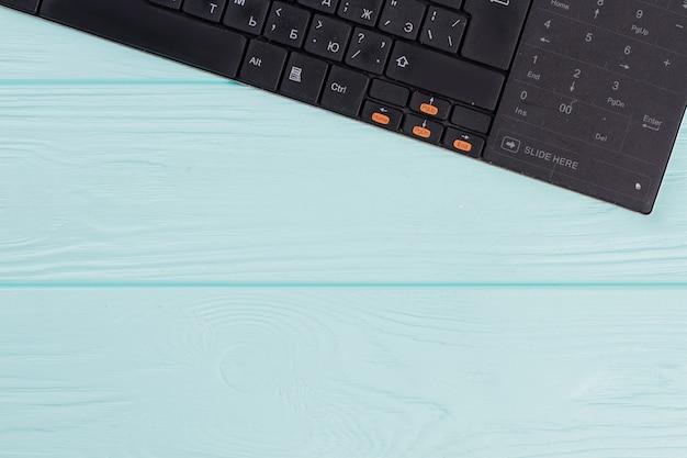 Tastiera del computer moderna su sfondo azzurro. set di layout di tastiera con alfabeto cirillico.