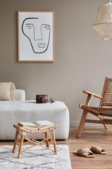 Concetto moderno dell'interno del soggiorno con divano modulare di design, poltrona in rattan, fiori secchi in vaso, tavolino, decorazione ed eleganti accessori personali in un elegante arredamento per la casa