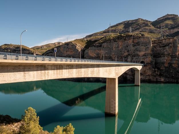 Moderno ponte di cemento su un serbatoio riempito d'acqua. comunidad valenciana, spagna