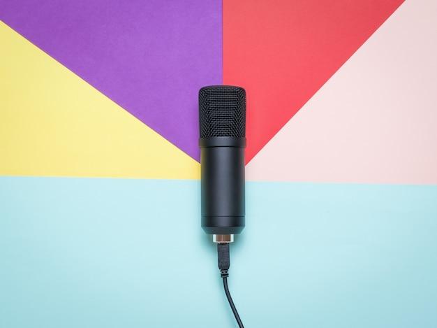 Microfono a condensatore moderno su una superficie di cinque colori