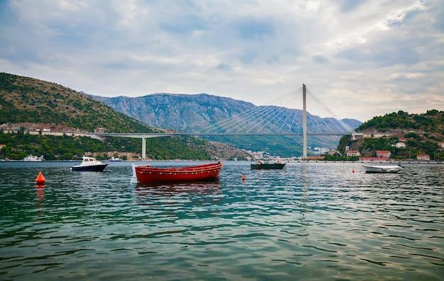 La moderna costruzione del ponte strallato tudjman a dubrovnik, croazia