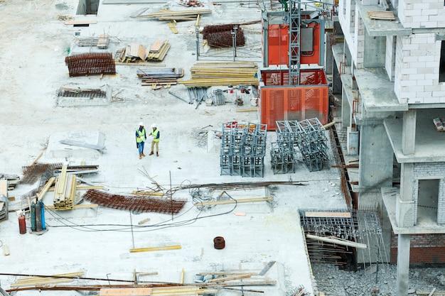 Cantiere moderno con pile di materiali da costruzione