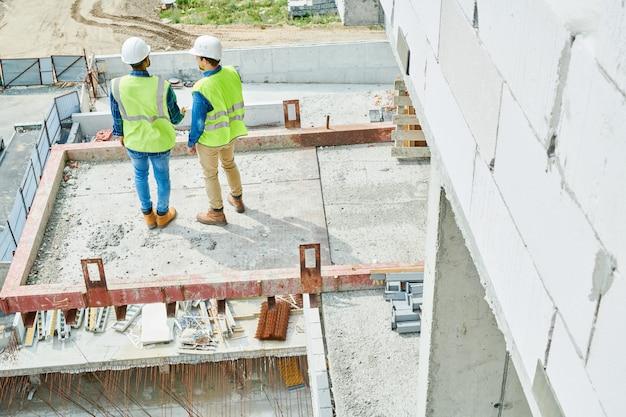 Costruttori moderni che lavorano alla nuova casa