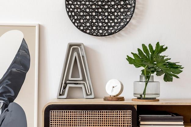 Interno del soggiorno creativo moderno con modello di accessori personali