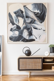 Interno del soggiorno creativo moderno con comò in rattan e modello di cornice per poster mock up
