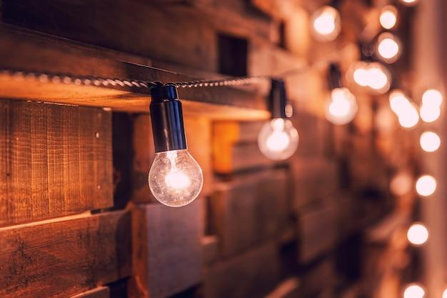 Appartamento di design d'interni in stile classico scuro moderno con retro lampade a sospensione sfondo lampadine.