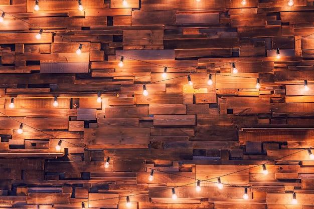 Appartamento di design d'interni moderno in stile classico scuro con lampade retrò a sospensione lampadine Foto Premium