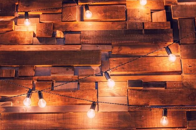 Appartamento di design d'interni moderno in stile classico scuro con lampade retrò a sospensione lampadine