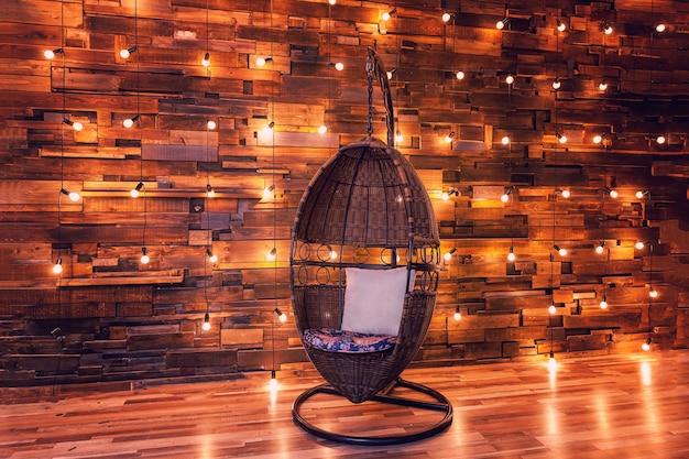 Appartamento interno scuro moderno con lampade retrò e sedia moderna