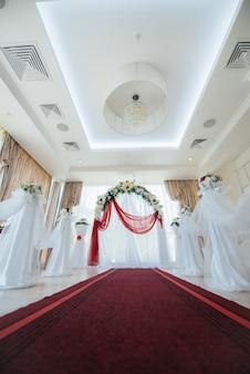 Arco nuziale decorato moderno, per cerimonia nuziale. arredamento, matrimonio.