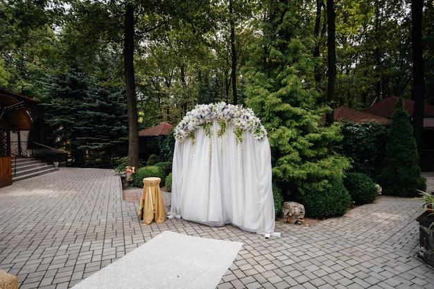 Arco di cerimonia nuziale decorato moderno, per cerimonia di cerimonia nuziale. decor, matrimonio.