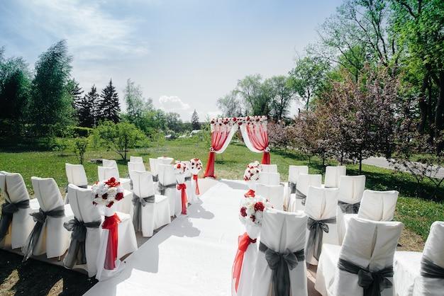 Arco nuziale decorato moderno, per cerimonia di matrimonio. arredamento, matrimonio.