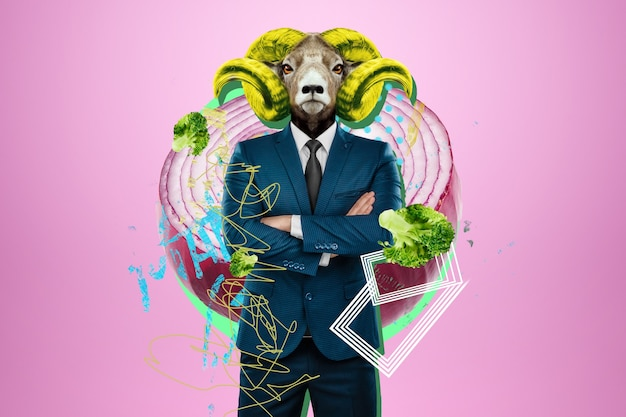 Design moderno, un corpo umano in giacca e cravatta con la testa di una capra cornuta, capo. colori brillanti alla moda, arte scioccante, stile per una rivista, web design alla moda. copiare lo spazio.