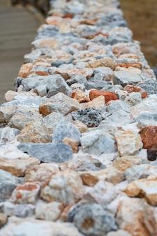 Recinzione in pietra dal design moderno, pietra spaccata esterna con cemento