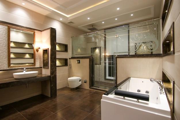 Bagno dal design moderno con vasca idromassaggio