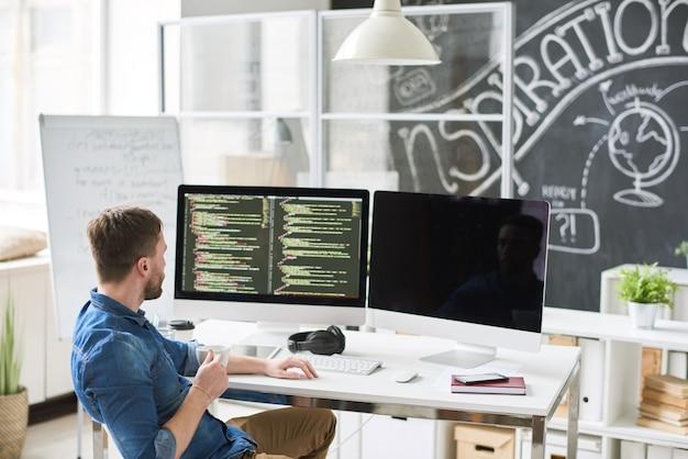 Sviluppatore moderno che pensa al codice dell'applicazione