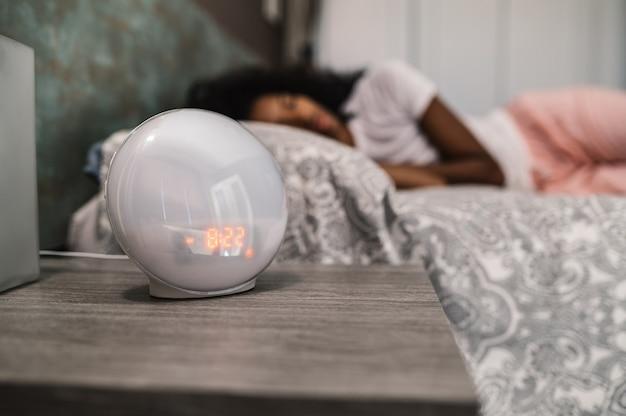 Moderna sveglia digitale che conta alla rovescia il tempo per il risveglio sul comodino