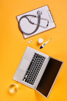Desktop dell'ufficio del medico moderno