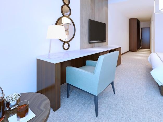 Comò moderno in stile minimalista in una luminosa camera d'albergo con specchio rotondo combinato e lampada da tavolo.