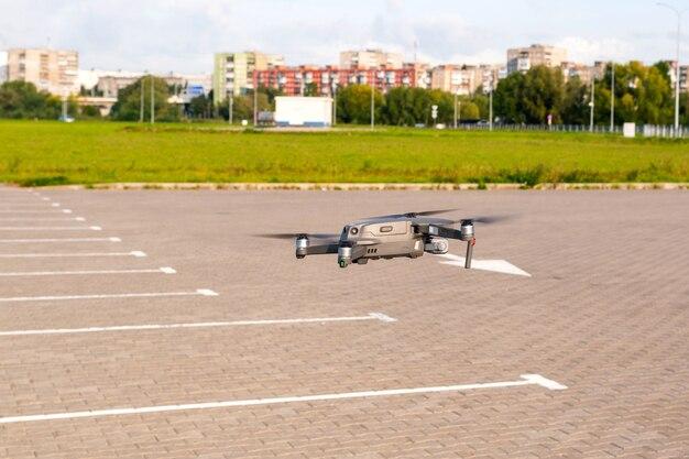 Drone moderno basso in volo sopra la città