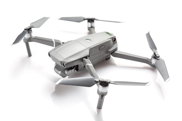 Quadricottero drone moderno con una fotocamera isolata su sfondo bianco.