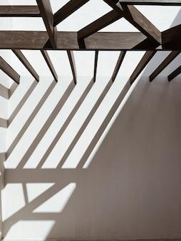 Edificio moderno in stile orientale con pareti beige e ombre del sole su rotaia.