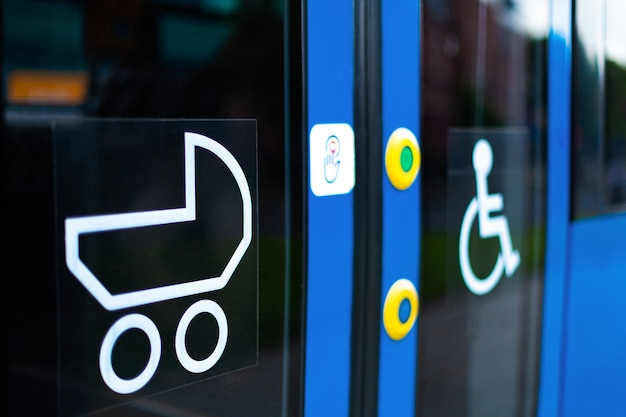 Trasporto elettrico moderno. tram con polo bassa e segnaletica per disabili e genitori con carrozzine.