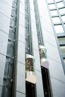 Ascensori moderni nella hall dell'ufficio