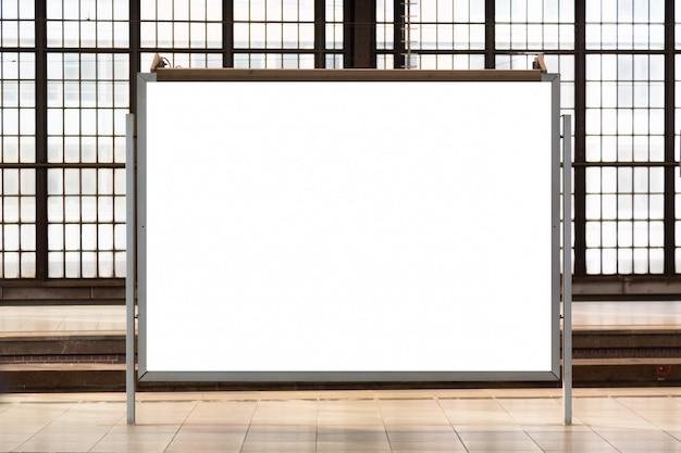 Tabellone per le affissioni di pubblicità in bianco vuoto moderno ad una stazione ferroviaria.