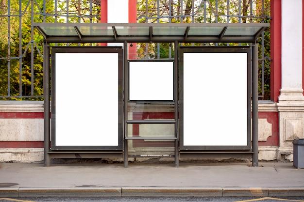 Insegne in bianco vuote moderne dei tabelloni per le affissioni di pubblicità in una città all'aperto ad un'autostazione.