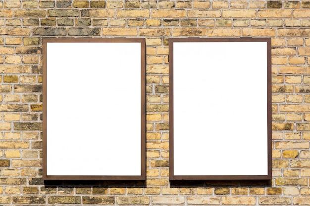 Insegne in bianco vuote moderne dei tabelloni per le affissioni di pubblicità su una parete in una città all'aperto.