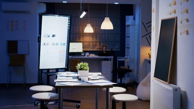 La moderna sala riunioni vuota dell'ufficio aziendale è pronta per gli uomini d'affari
