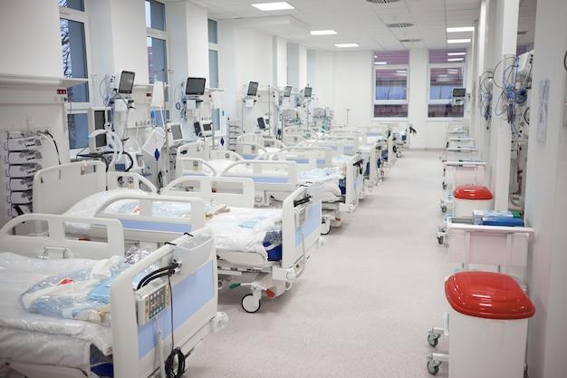 Il moderno pronto soccorso temporaneo di terapia intensiva vuoto è pronto a ricevere pazienti con infezione da coronavirus.