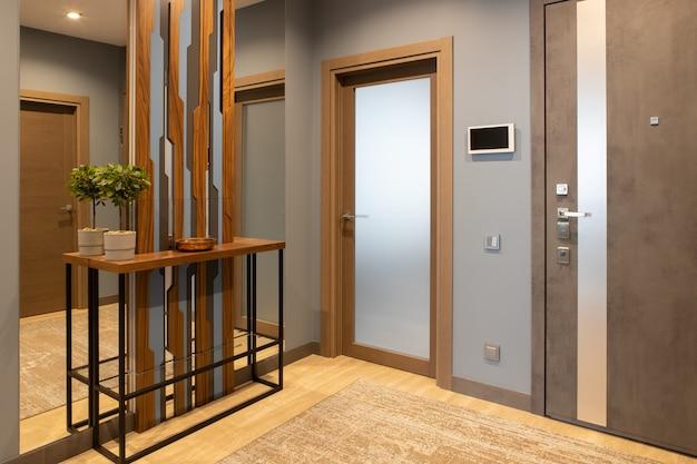 Corridoio d'ingresso moderno in tonalità neutre di toni marroni e grigi in stile loft