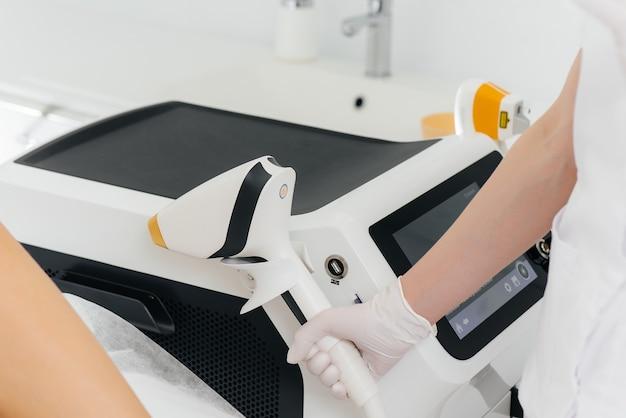 Attrezzature moderne per epilazione laser e depilazione in un salone di bellezza. salone di bellezza e cosmetologia.