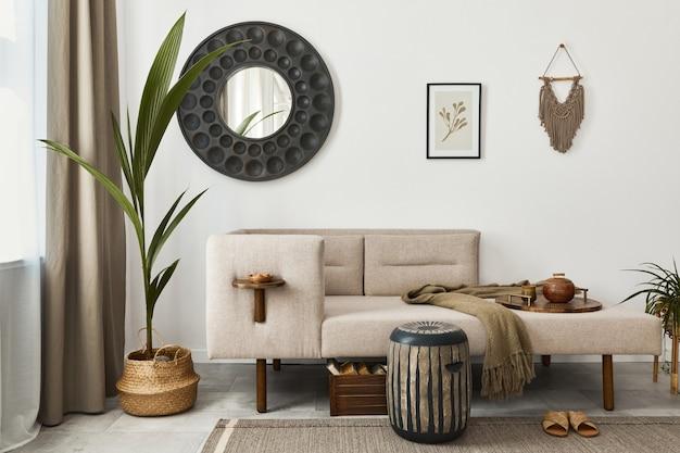 Interno soggiorno etnico moderno con chaise longue di design, specchio rotondo, mobili, tappeti, decorazioni, sgabelli ed eleganti accessori personali... arredamento elegante.