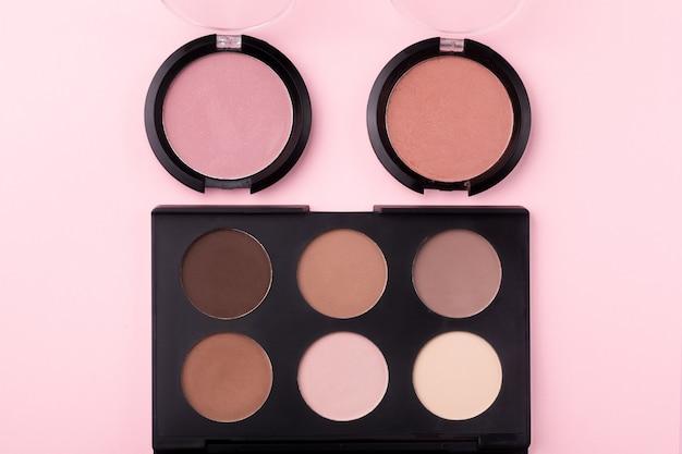 Moderna palette di ombretti, ombretti e blush, ombretti rosa e marroni