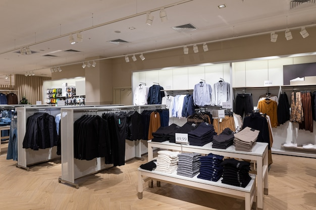 Interno di marca alla moda moderna del negozio di abbigliamento all'interno del centro commerciale