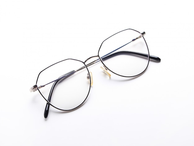 Occhiali da vista alla moda moderni isolati su priorità bassa bianca. coppia di occhiali classici con montatura in metallo.