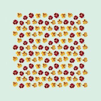 Motivo floreale moderno con fiori viola del pensiero gialli e rossi, piccolo biglietto di auguri per lo stile stagionale fiorito estivo.