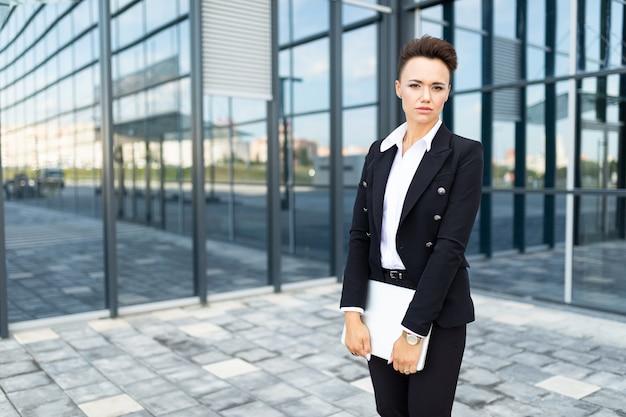 Donna di affari indipendente moderna su paesaggio urbano