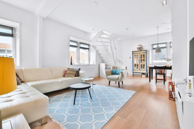 Mobili moderni in un soggiorno luminoso