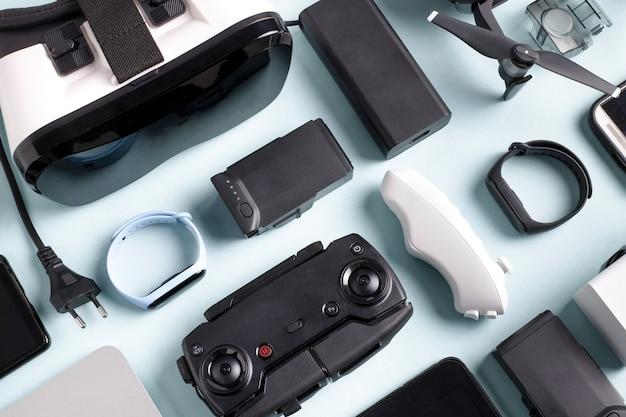Gadget moderni su una superficie blu