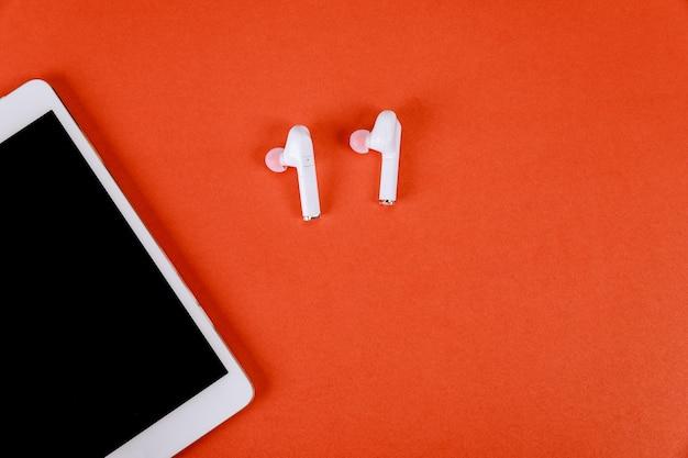 Gadget moderni con tablet digitale e cuffie wireless