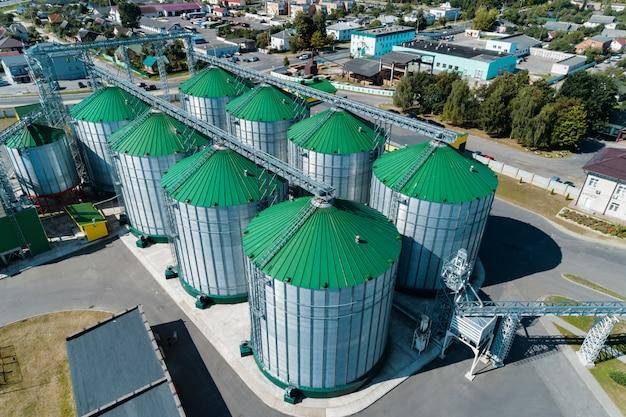Il moderno granaio. silos metallici con tetti verdi.