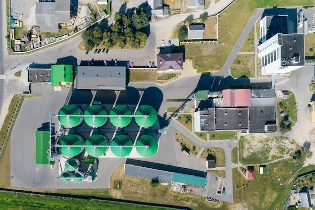 Un granaio moderno. vista dei silos di grano dall'alto