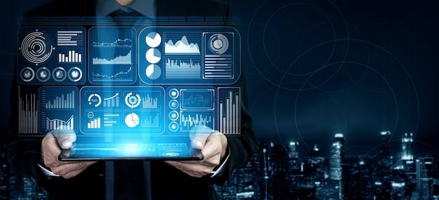 La moderna interfaccia grafica mostra enormi informazioni sul rapporto di vendita aziendale, sul grafico dei profitti e sull'analisi delle tendenze del mercato azionario sul monitor dello schermo